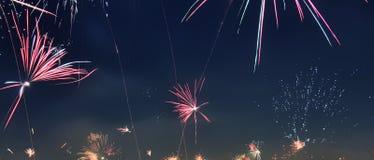 Fogos de artifício isolados do ano novo feliz sobre os telhados de Viena em Áustria foto de stock royalty free