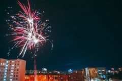 Fogos-de-artifício multi-coloridos fantásticos fotografia de stock royalty free