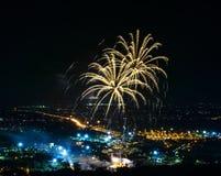Fogos-de-artifício na cidade da noite Fotos de Stock Royalty Free