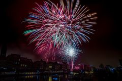 Fogos de artifício na cidade de Ghent na véspera de Ano Novo fotos de stock royalty free