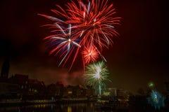 Fogos de artifício na cidade de Ghent na véspera de Ano Novo imagem de stock royalty free