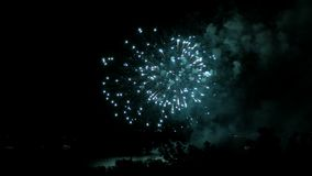 Fogos-de-artifício na margem na cidade do Samara, Rússia O Rio Volga Grampo 4K da metragem filme