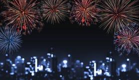 Fogos-de-artifício na noite na cidade, luzes borradas do festival de Bokeh do defocus da construção na noite imagem de stock