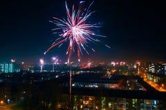 Fogos-de-artifício na noite do ano novo Fotografia de Stock