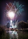 Fogos de artifício na noite no ano novo fotografia de stock