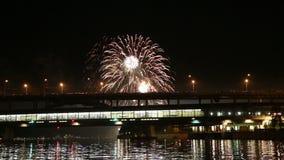 Fogos-de-artifício na terraplenagem do rio de Moskva perto da ponte de Luzhnetskaya (ponte), Moscou do metro, Rússia vídeos de arquivo