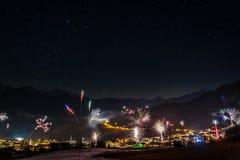 Fogos-de-artifício na véspera de anos novos nas montanhas austríacas imagem de stock royalty free