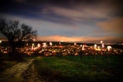 Fogos-de-artifício na véspera do ` s do ano novo sobre os telhados da cidade de Nierst imagem de stock