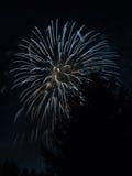 Fogos-de-artifício nas montanhas suíças - 11 da véspera de Ano Novo Fotos de Stock