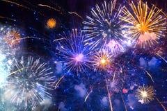 Fogos-de-artifício no céu imagens de stock royalty free
