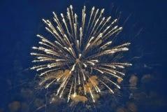 Fogos-de-artifício no céu imagens de stock