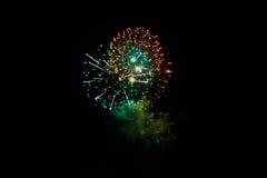 Fogos-de-artifício no céu nocturno Fotografia de Stock Royalty Free
