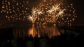 Fogos-de-artifício no céu nocturno Fotos de Stock Royalty Free