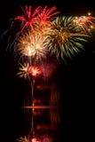 Fogos-de-artifício no céu nocturno com reflexões do lago Foto de Stock
