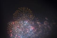 Fogos-de-artifício no céu noturno em um feriado Imagem de Stock
