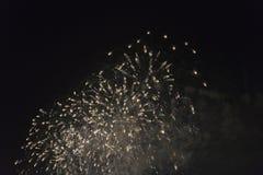 Fogos-de-artifício no céu noturno em um feriado Fotografia de Stock