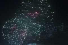 Fogos-de-artifício no céu noturno em um feriado Fotos de Stock Royalty Free