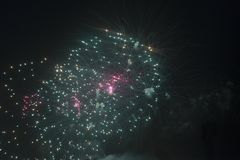 Fogos-de-artifício no céu noturno em um feriado Imagens de Stock
