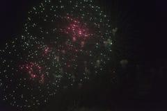 Fogos-de-artifício no céu noturno em um feriado Fotos de Stock