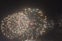 Fogos-de-artifício no céu noturno em um feriado Fotografia de Stock Royalty Free
