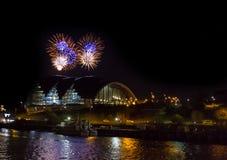 Fogos-de-artifício no cais de Newcastle sobre a sala de concertos de Sage Gateshead Imagem de Stock Royalty Free