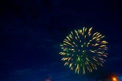 Fogos-de-artifício no crepúsculo do céu Os fogos-de-artifício indicam no fundo escuro do céu Dia da Independência, 4o de julho, q Imagem de Stock Royalty Free