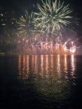 Fogos-de-artifício no Daugava, Riga, Letónia Imagem de Stock
