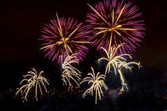 Fogos-de-artifício no fundo escuro do céu Foto de Stock
