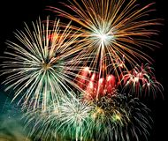 Fogos de artifício no fundo escuro do céu, fogos de artifício da celebração do ano novo ilustração royalty free