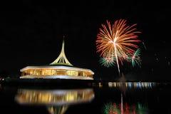 Fogos-de-artifício no lago Imagens de Stock Royalty Free