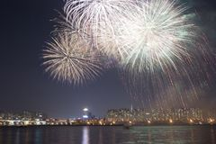 Fogos-de-artifício no rio Imagens de Stock Royalty Free