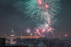 Fogos-de-artifício novos da véspera de Year's em Bielsko-Biala, Polônia foto de stock