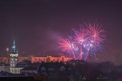 Fogos-de-artifício novos da véspera de Year's em Bielsko-Biala, Polônia fotos de stock royalty free