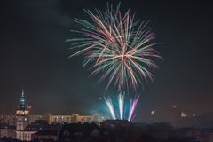 Fogos-de-artifício novos da véspera de Year's em Bielsko-Biala, Polônia imagem de stock royalty free
