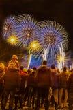 Fogos de artifício de observação borrados abstratos da multidão dos povos e comemoração fotografia de stock
