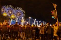 Fogos-de-artifício de observação da multidão e comemoração foto de stock royalty free