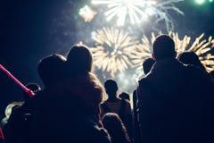 Fogos de artifício de observação da multidão e comemoração da véspera de ano novo fotos de stock royalty free