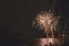 Fogos-de-artifício pelo rio fotos de stock