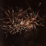 Fogos-de-artifício que explodem em um céu noturno Imagens de Stock Royalty Free