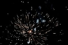 Fogos-de-artifício que explodem no céu escuro foto de stock royalty free