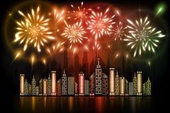 Fogos-de-artifício que explodem no céu noturno sobre a cidade do centro com reflexão na água em máscaras alaranjadas, vermelhas e ilustração do vetor