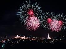 Fogos-de-artifício que indicam sobre a montanha Fest colorido do fogo de artifício Imagens de Stock Royalty Free