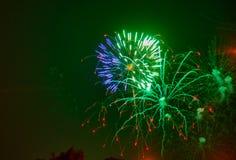 Fogos-de-artifício que mostram como o estouro de estrelas imagens de stock royalty free