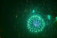 Fogos-de-artifício que mostram como o estouro de estrelas imagens de stock