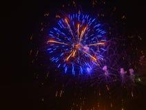 Fogos-de-artifício que mostram como o estouro de estrelas foto de stock royalty free
