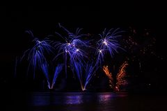 Fogos de artifício ricos azuis sobre a represa de Brno com reflexão do lago foto de stock royalty free
