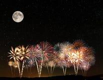 Fogos-de-artifício sob o céu imagem de stock