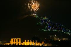 Fogos-de-artifício sobre a árvore de Natal de Gubbio em Úmbria foto de stock