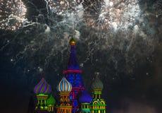 Fogos-de-artifício sobre a catedral da manjericão do St Imagens de Stock