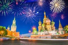 Fogos-de-artifício sobre a catedral e o Kremlin do ` s da manjericão do St no quadrado vermelho na noite, Moscou Rússia imagem de stock